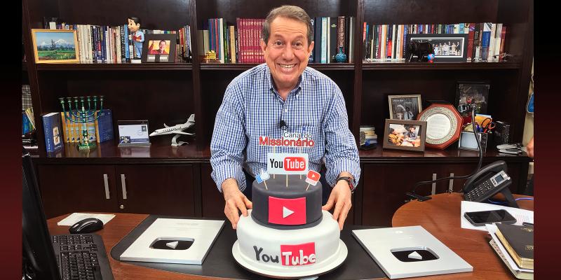Missionário R.R. Soares recebe placa comemorativa do Youtube