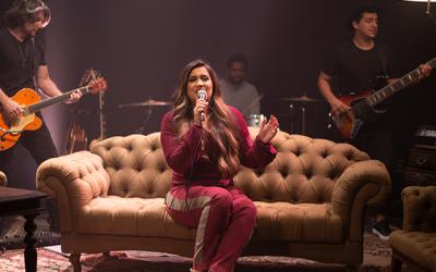 Maratona de entrevistas marca o lançamento do single de Kelly Benigno